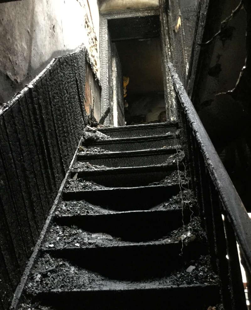 contre expertise d'un escalier calciné après un incendie en Belgique