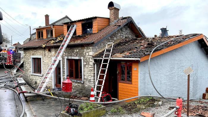 Une maison ravagée par les flammes à Bioul